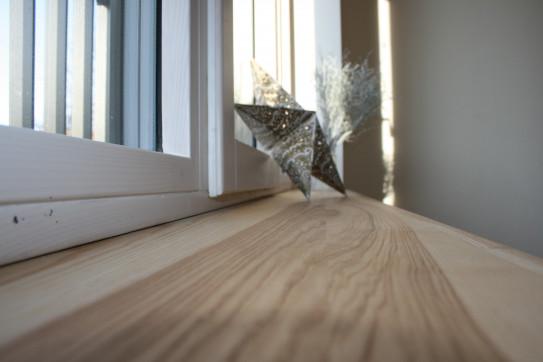 Pravé dřevo s unikátní kresbou na parapetu
