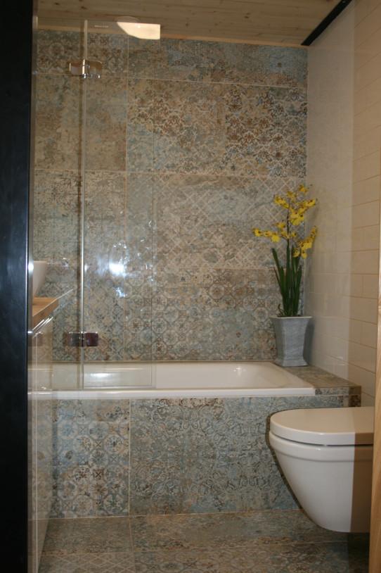 Koupelna s vanou i sprchou
