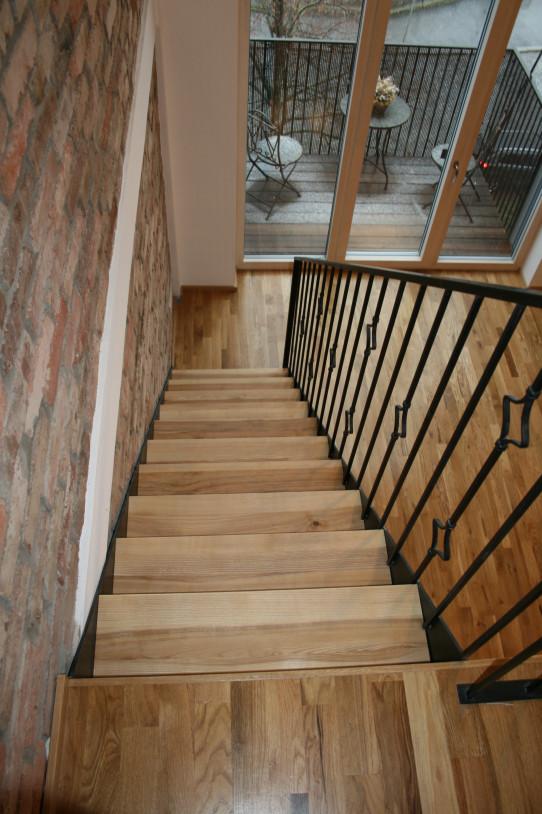 Pohled z galerie na schody