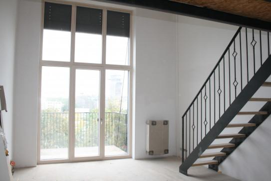 Okna dosahující rozlohy obou pater