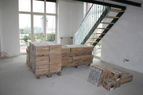 Masivní dřevěné parkety jsou připravené